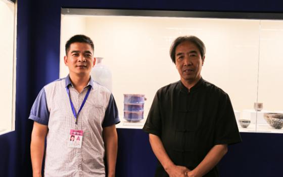 2018年中国工艺美术双年展现场刘红生(左一)和任星航(右一)与作品《天道》(中间)合影