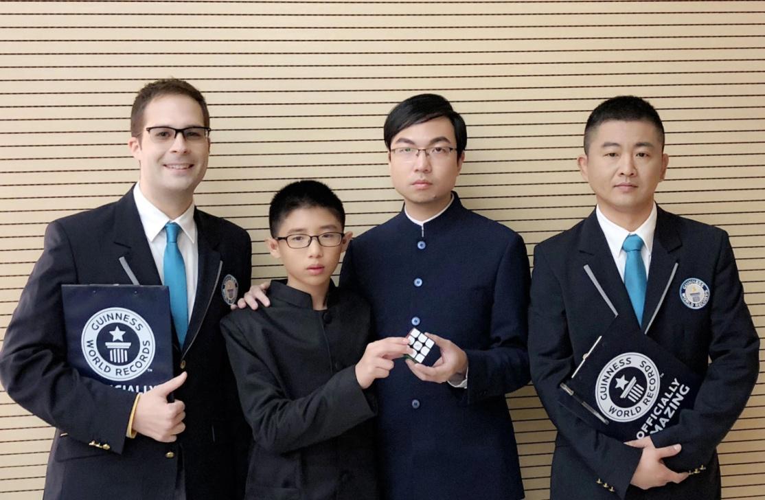 佳希魔方荣获吉尼斯世界纪录--叶佳希和徒弟阙剑宇打破双人团队解魔方